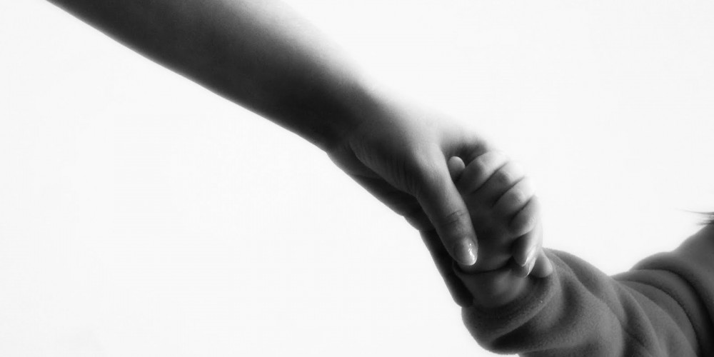 mom-and-child-holding-hands-1000x500